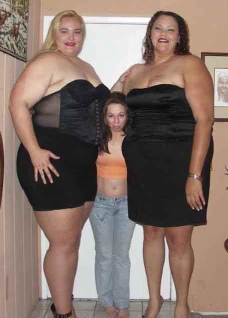Миниатюрная девушка с двумя крупными толстыми женщинами